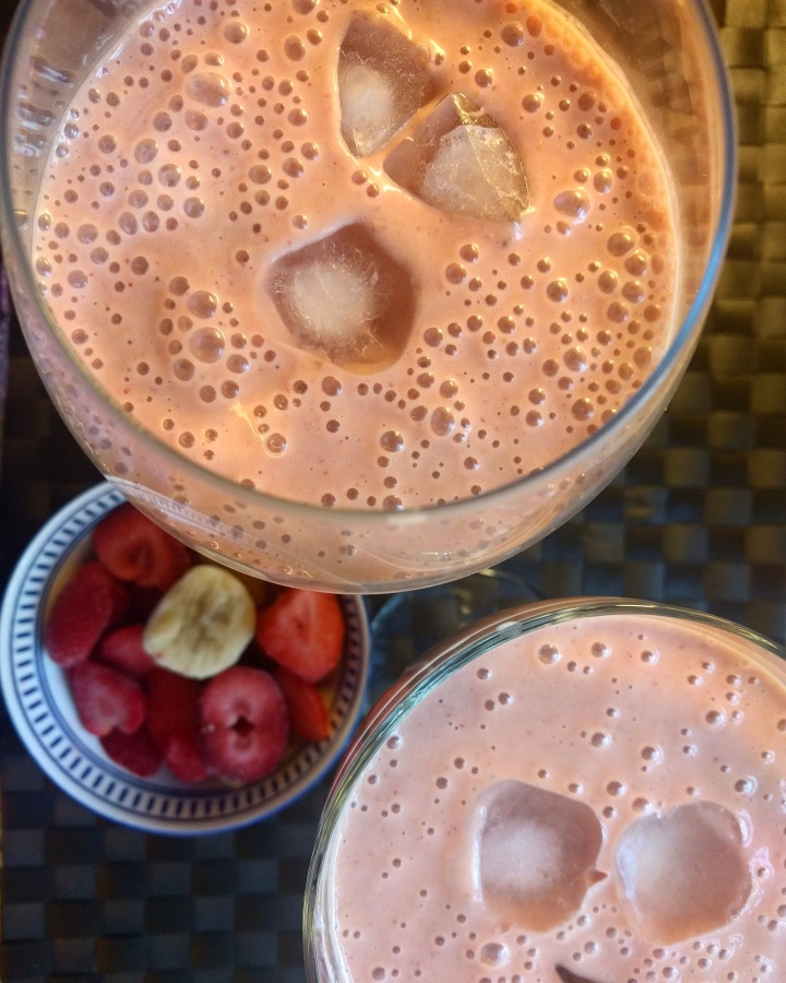 Strawberry, banana and PB smoothie (Vitamina de morango, banana e pasta de amendoin)
