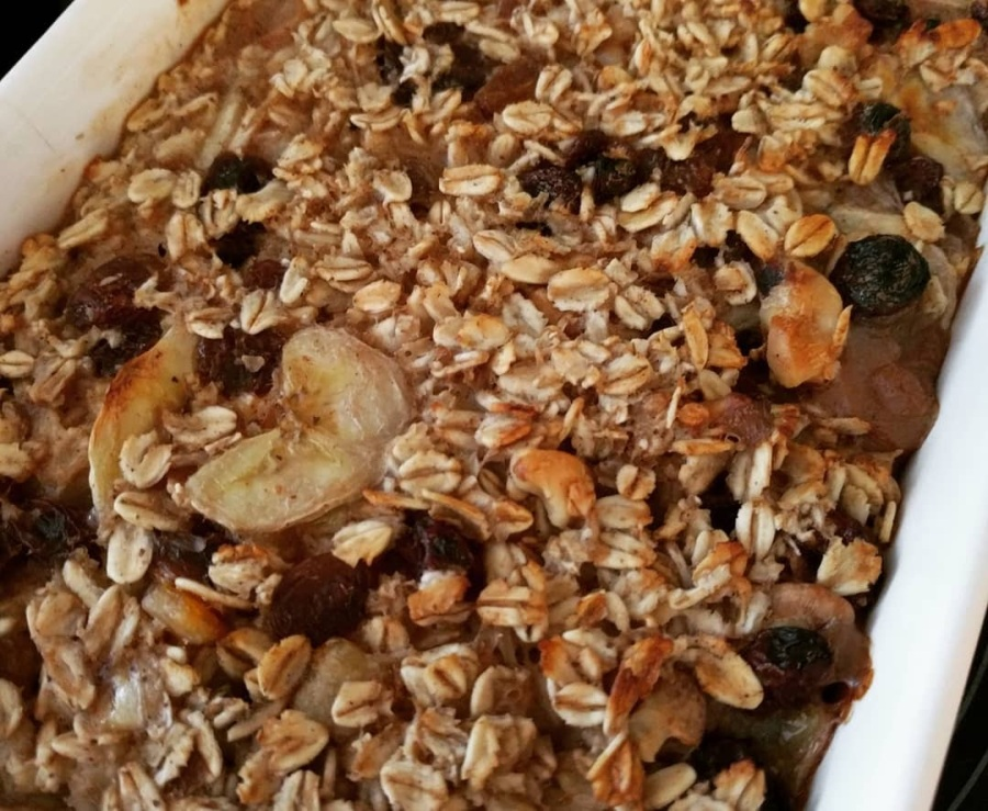 Vegan banana and raisin baked porridge (Mingau de forno de banana e uva passa)